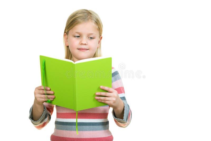Schönes weibliches Kind mit dem netten blonden Haar und blauen den Augen, die Notizbuch halten stockfotos