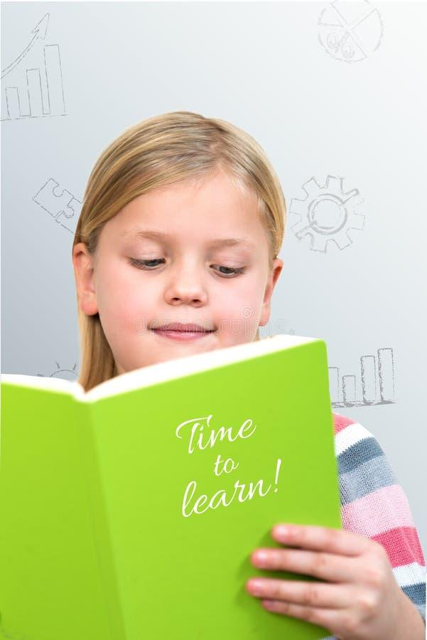 Schönes weibliches Kind mit dem netten blonden Haar und blauen den Augen, die Notizbuch halten stockbilder