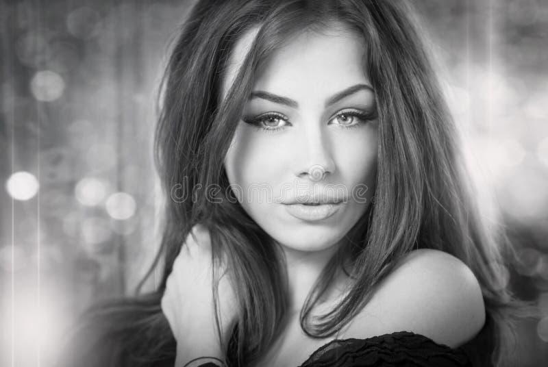 Schönes weibliches Porträt mit dem langen Haar, Atelieraufnahme Echter natürlicher Brunette, der direkt zur Kamera schaut Attrakt stockfotografie