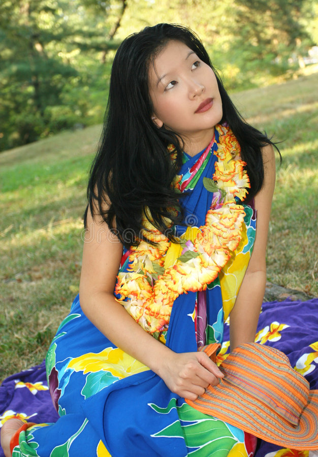 Schönes weibliches Träumen von Hawaii