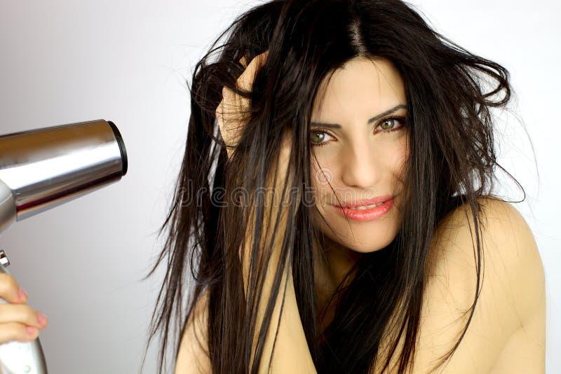 Schönes weibliches vorbildliches trocknendes langes unordentliches Haar lizenzfreie stockfotos