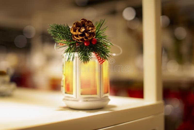 Schönes Weihnachtsglühende Laterne - Weihnachtskonzept stockbild
