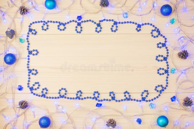 Schönes Weihnachtshintergrundblaulicht auf dem Tisch, Bälle stockfotos