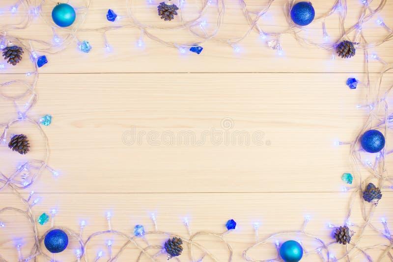 Schönes Weihnachtshintergrundblaulicht auf dem Tisch, Bälle lizenzfreies stockbild