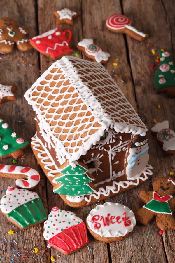 Schönes Weihnachtslebkuchenhaus und Plätzchennahaufnahme lizenzfreie stockfotografie