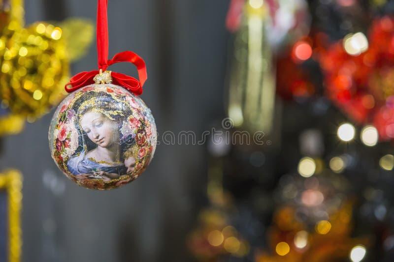 Schönes Weihnachtsspielzeug, das am Weihnachtsbaum hängt Vibrierender Weihnachtshintergrund mit den Spielwaren und den Dekoration stockfoto