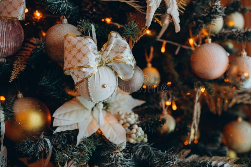 Schönes Weihnachtsspielzeug mit einer großen Schleife auf dem Weihnachtsbaum stockfoto