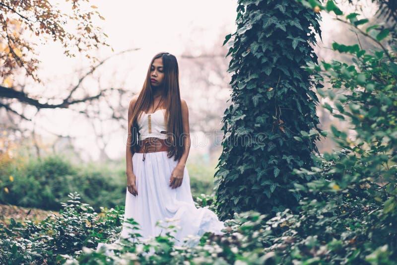 Schönes wiccan Mädchen, Wächter des mystischen Waldes stockbild