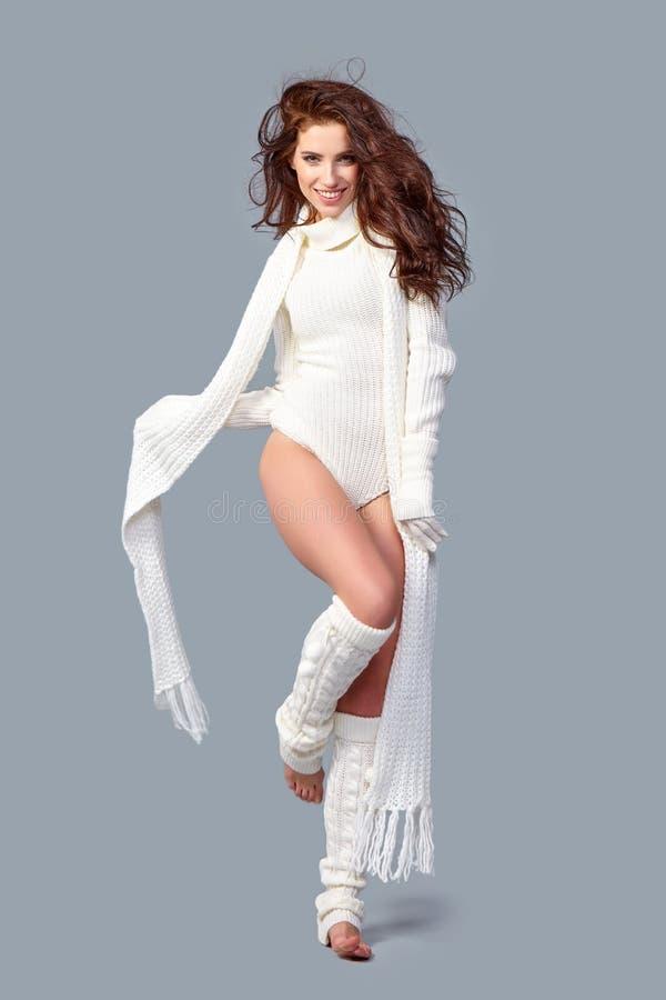 Schönes Wintermode-modell stockbilder