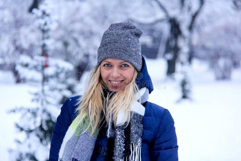 Schönes Winterporträt der jungen Frau in der schneebedeckten Landschaft des Winters schönes Mädchen in der Winterkleidung lizenzfreies stockfoto