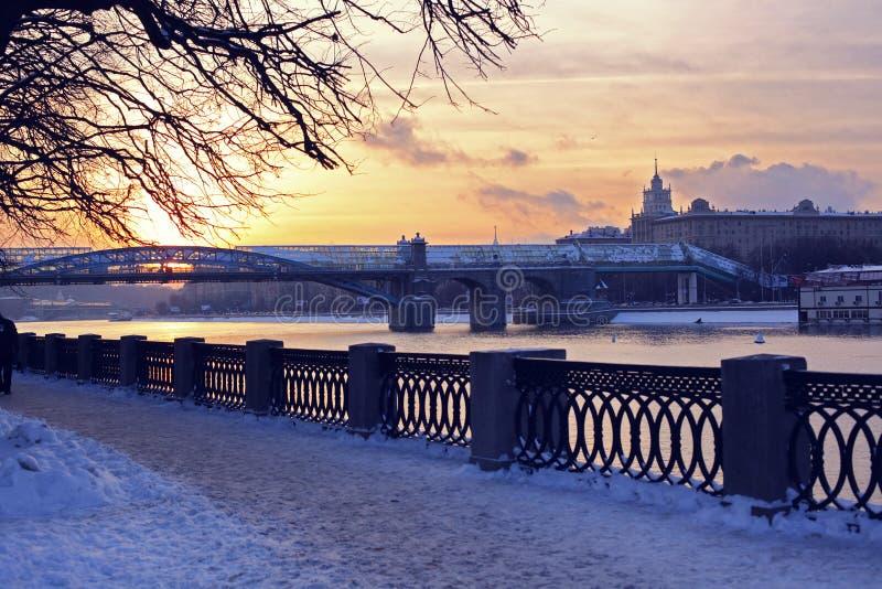 Schönes Winterstadtbild, Straße Moskaus, Russland am Sonnenuntergang, an der Ansicht des Flusses und an der Brücke stockfotografie