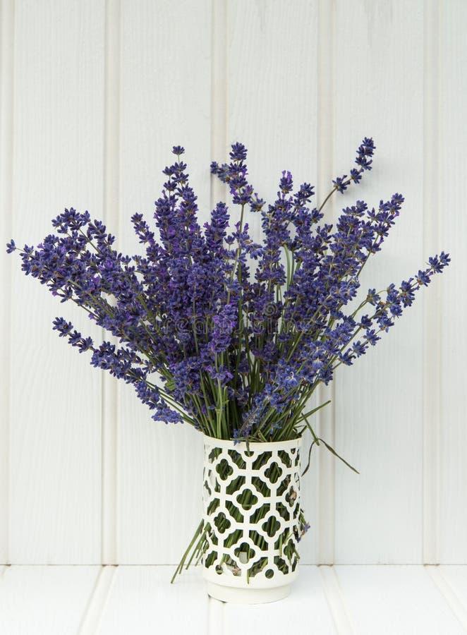 Schönes wohlriechendes Lavendelbündel in der rustikalen angeredeten Haupteinstellung lizenzfreies stockfoto