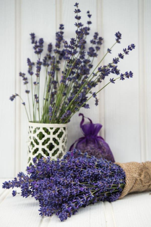 Schönes wohlriechendes Lavendelbündel in der rustikalen angeredeten Haupteinstellung stockbilder