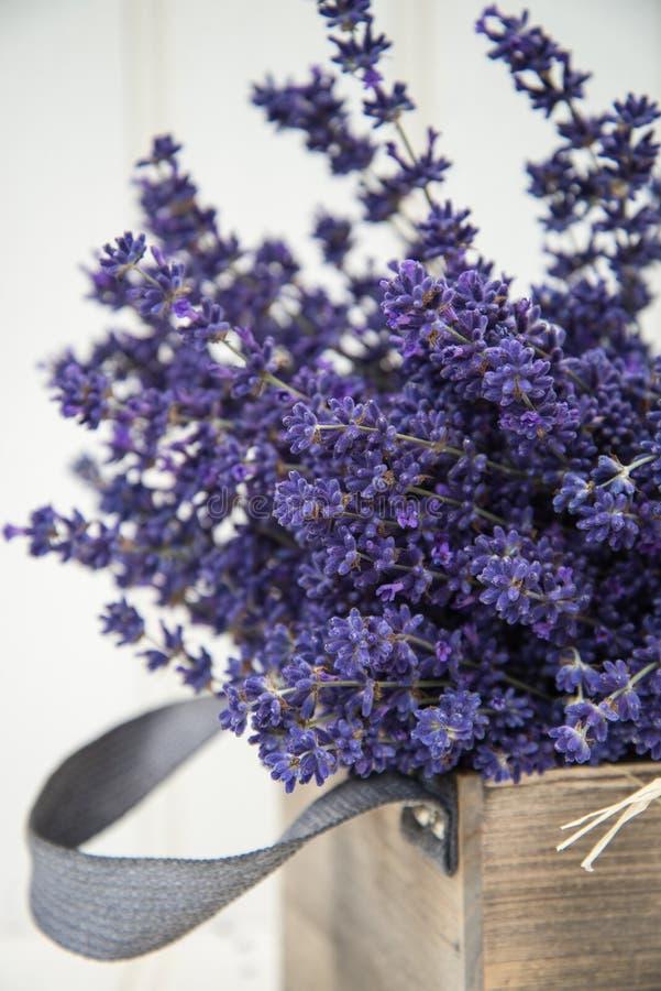 Schönes wohlriechendes Lavendelbündel in der rustikalen angeredeten Haupteinstellung stockfoto