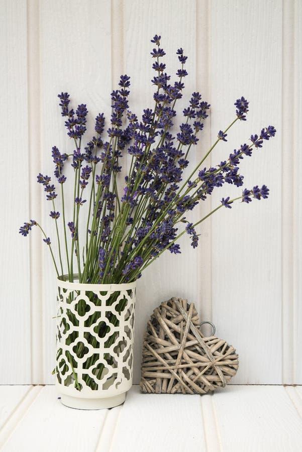 Schönes wohlriechendes Lavendelbündel in der rustikalen angeredeten Haupteinstellung lizenzfreie stockbilder