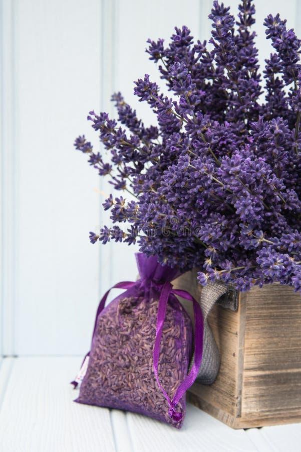 Schönes wohlriechendes Lavendelbündel in der rustikalen angeredeten Haupteinstellung lizenzfreies stockbild
