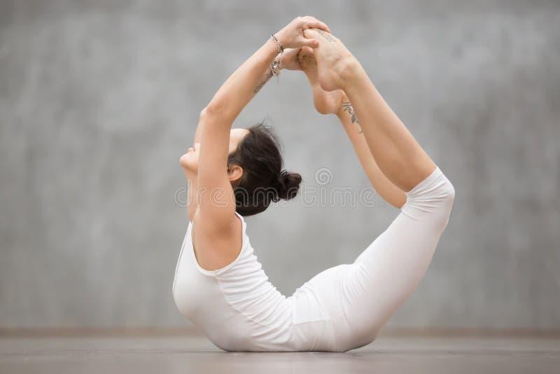 Schönes Yoga: Dhanurasana-Haltung stockfoto