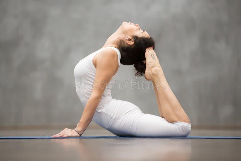 Schönes Yoga: Königliche Kobra-Haltung stockfotografie