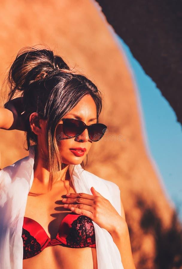 Schönes Zaubermodell, das in der Wüste aufwirft stockbilder