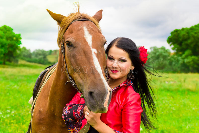 Schönes Zigeunermädchen mit einem Pferd stockbilder