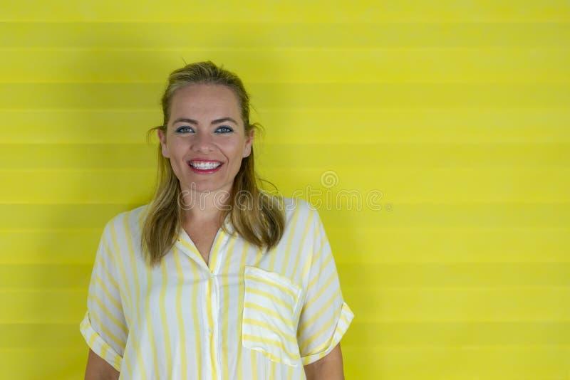 Schönheit über lokalisiertem glücklichem Gesicht des Hintergrundes lächelnd, die Kamera betrachtend lizenzfreie stockfotografie