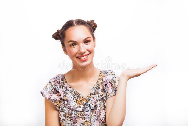 Schönheit überraschtes Jugendlich-Modell Girl Schönes frohes jugendlich Schulmädchen mit Sommersprossen, lustiger Frisur und gelb lizenzfreie stockbilder