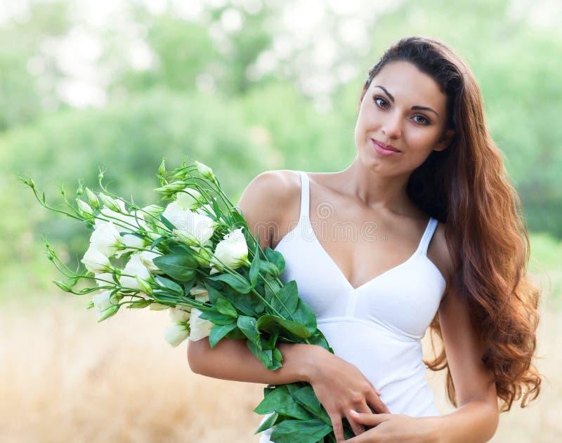 Schönheit auf dem Gebiet mit Blumen lizenzfreie stockfotografie