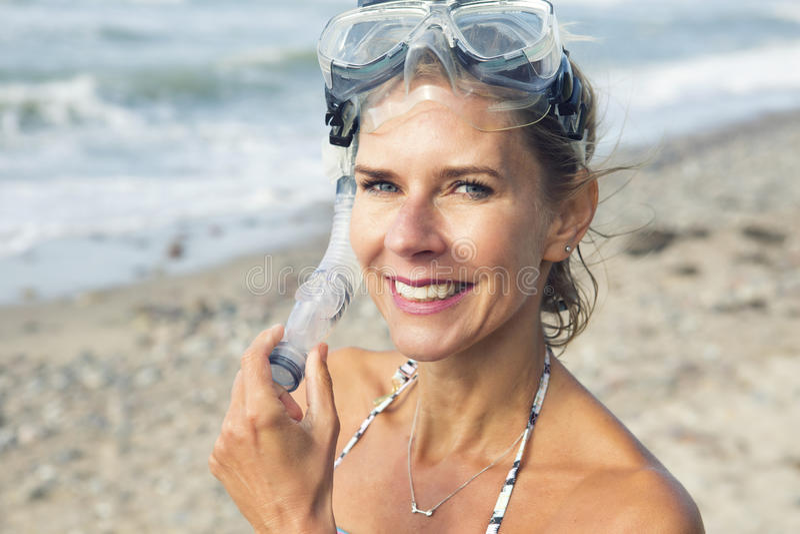 Schönheit auf dem Strand mit Schwimmenschutzbrillen stockbild