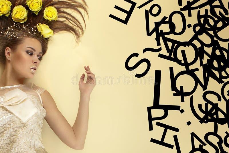 Schönheit auf einem gelben Hintergrund mit den Zeichen lizenzfreies stockfoto