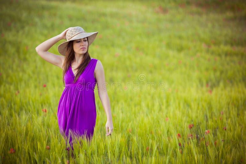 Schönheit auf Feld lizenzfreie stockfotografie