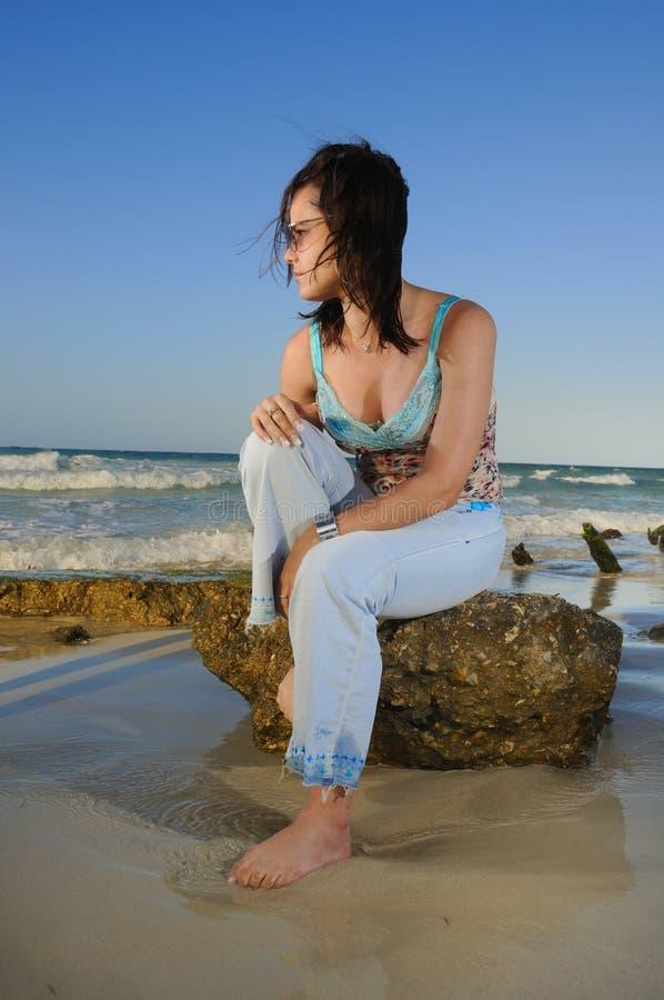 Schönheit auf felsigem Strand stockfotos