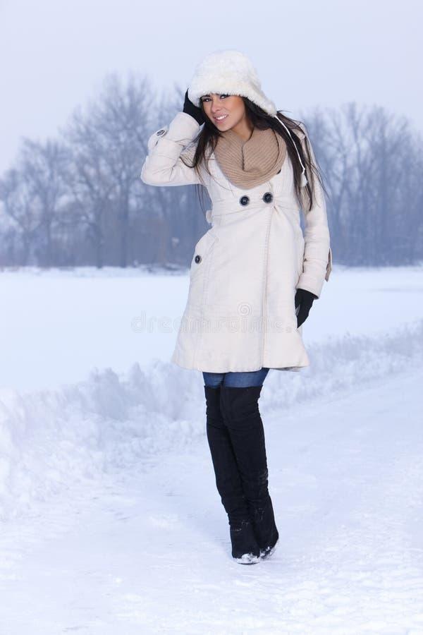 Schönheit auf schneebedecktem draußen lizenzfreies stockbild