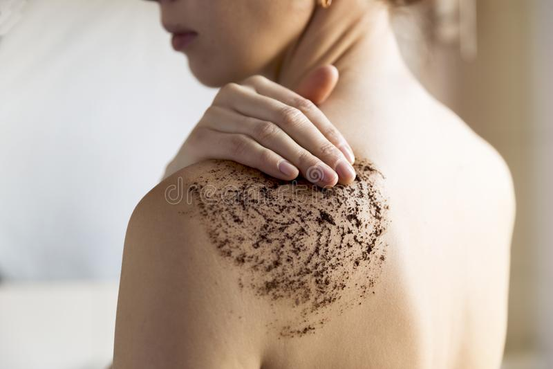 Schönheit, Badekurort und gesundes Hautkonzept - Frau säubert Haut von lizenzfreie stockfotografie