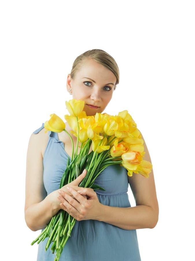 Schönheit bedrängt einen Blumenstrauß von den Tulpen, die auf weißem Hintergrund lokalisiert werden lizenzfreie stockbilder