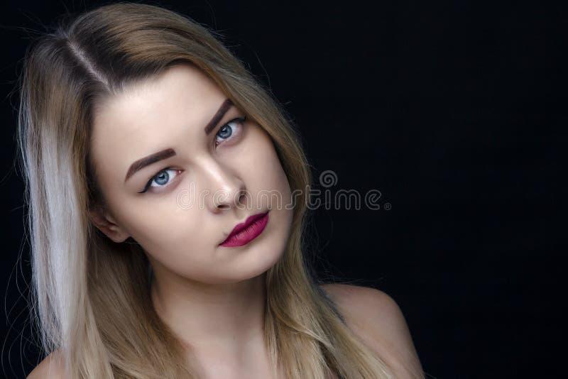 Schönheit, bilden und Leutekonzept - glückliche lachende junge Frau mit rotem Lippenstift über weißem Hintergrund stockfoto