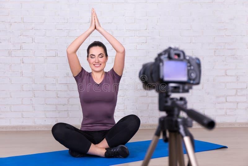 Schönheit Blogger, der Video über Sport und Yoga am hom macht stockbilder