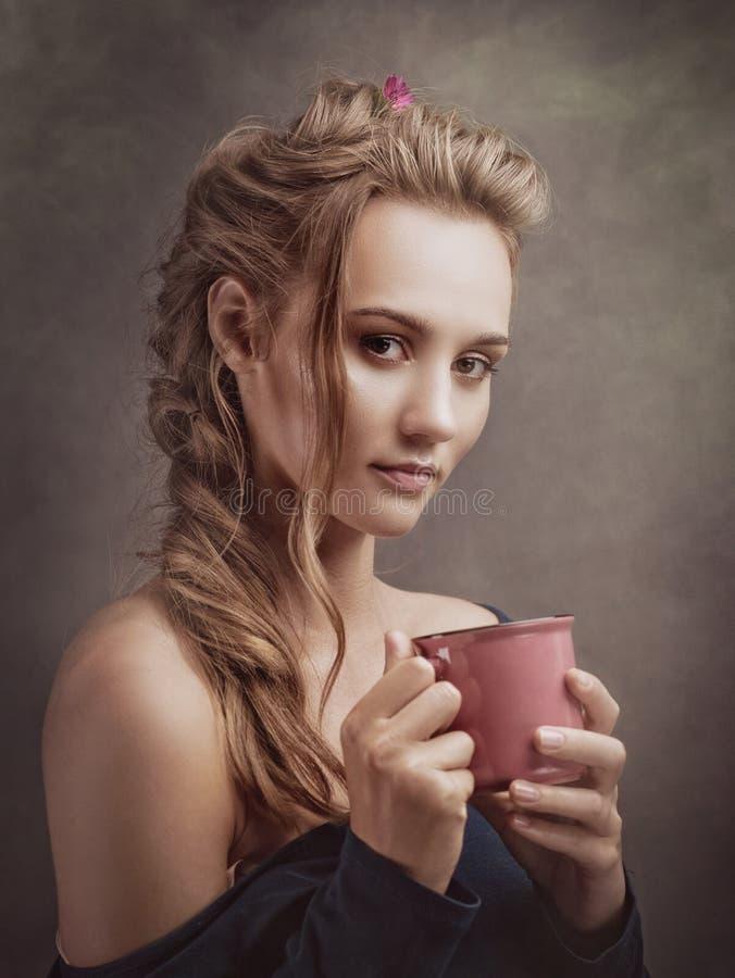 Schönheit blondie mit Tasse Tee stockbilder