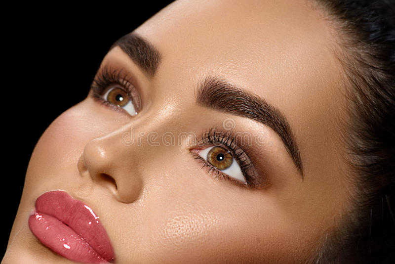 Schönheit Brunettefrau mit perfektem Make-up stockfotografie