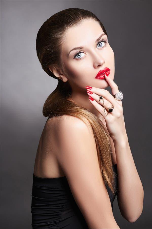 Schönheit Brunettemädchen in den Schmuckringen lizenzfreies stockfoto