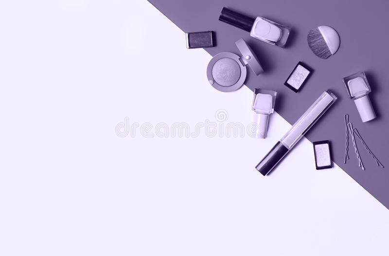Schönheit, dekorative Kosmetik Make-upbürstensatz und Farblidschattenpalette onultra violetter Hintergrund, flache Lage, Draufsic lizenzfreie stockbilder