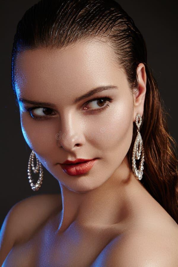 Schönheit in den Luxusmodeohrringen Glänzender Schmuck des Diamanten mit brilliants Zubehörschmuck, Modemake-up stockfoto