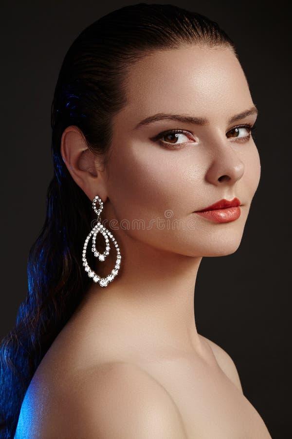 Schönheit in den Luxusmodeohrringen Glänzender Schmuck des Diamanten mit brilliants Zubehörschmuck, Modemake-up lizenzfreies stockfoto