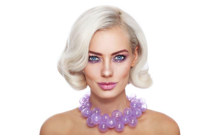 Schönheit in der lila Halskette lizenzfreies stockfoto