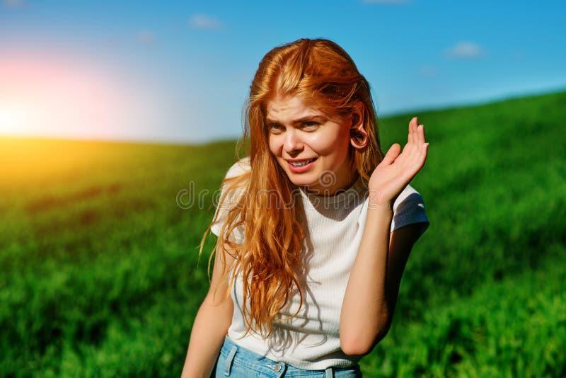 Schönheit in der Natur versucht, jemand zu verstehen, indem sie versucht, etwas mit dem Setzen ihrer Hand zu ihren Ohren zu hören stockbilder