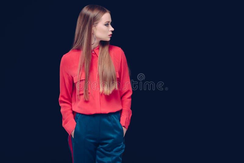 Schönheit in der roten Hemdstellung stockfotos