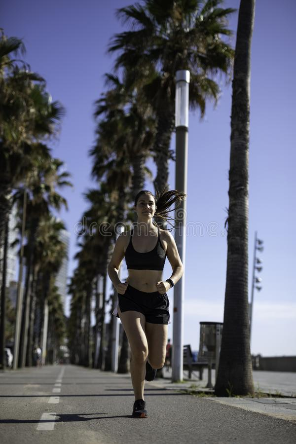 Schönheit in der Sportkleidung, die auf dem Radweg an der Seeseite in Barcelona u. in x28 läuft; SPANIEN lizenzfreies stockfoto