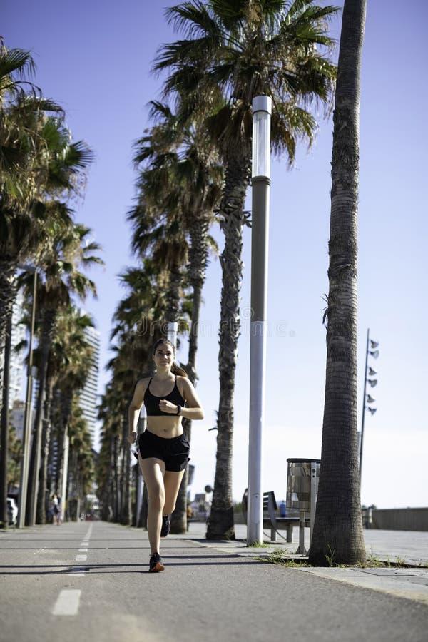 Schönheit in der Sportkleidung, die auf dem Radweg an der Seeseite in Barcelona u. in x28 läuft; SPANIEN lizenzfreie stockfotografie
