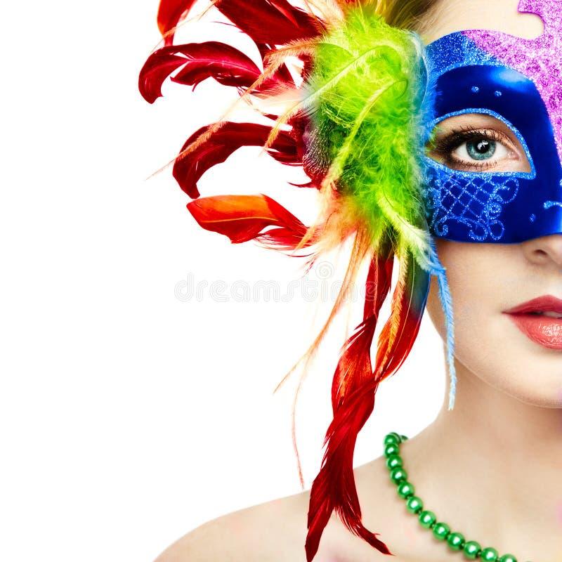 Schönheit in der venetianischen Maske des mysteriösen Regenbogens lizenzfreie stockfotografie