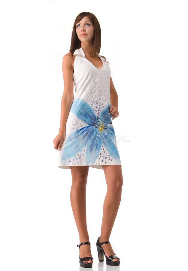 Schönheit in der weißen Kleideraufstellung lizenzfreies stockbild
