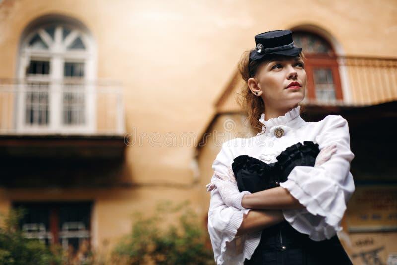 Schönheit in der Weinlese-Kleidung lizenzfreie stockbilder
